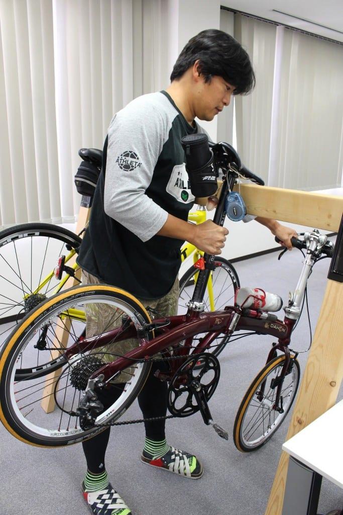 自転車はこのようにサドルの部分を引っ掛けます