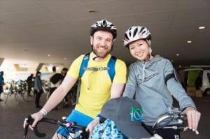 日英カップルで参加。男性はローディ、女性は電動アシスト付き自転車で