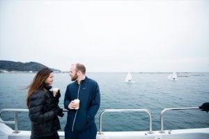 湾内を行き交うヨットを眺める