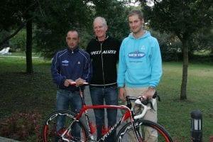 パオロ・ベッティーニ、スペシャライズド社CEOマイク・シンヤードとともに記念撮影。2006年12月、イタリア・トスカーナ地方で行われたトレーニングキャンプにて (C) Takashi NAKAZAWA