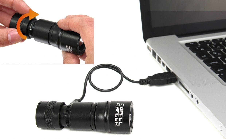 USB端子キャップを回して、PCやモバイルバッテリーなどに接続し充電することができる。