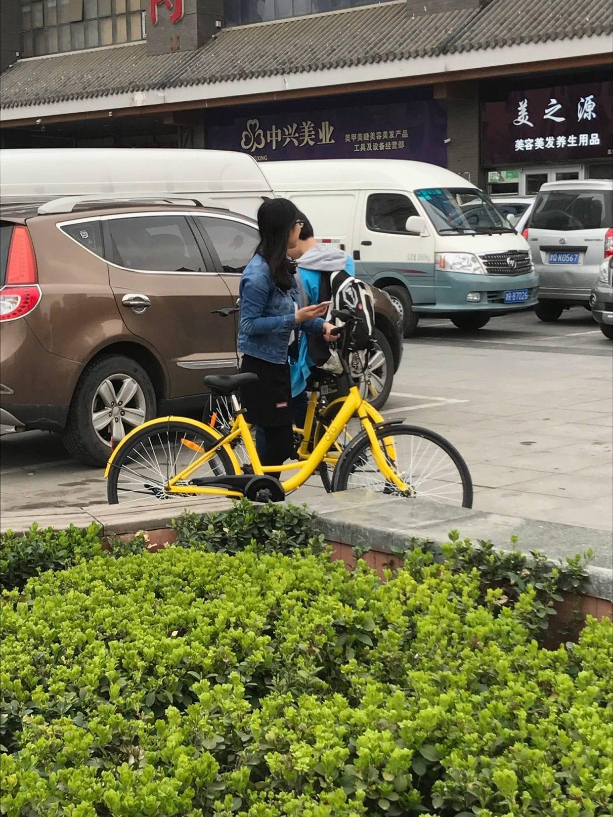 黄色のofo使用中の人を街で見かけた