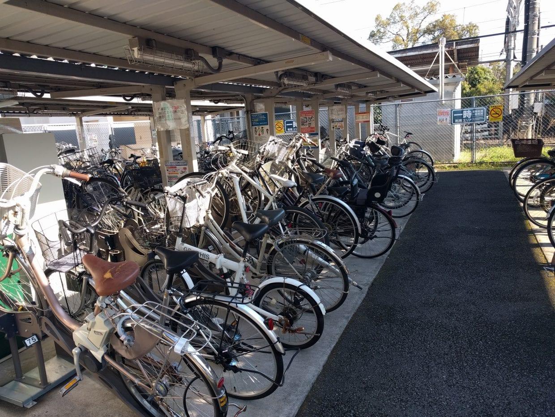 公営の駐輪場でも屋根付き、ラック付き、スタッフ付きの三拍子揃った駐輪場はスポーツサイクルを停めるのに適している