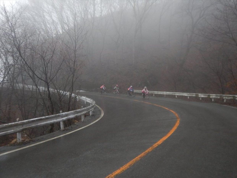 危険な霧のダウンヒルを数名で一緒に走る様子