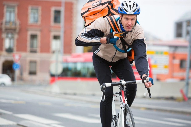 スポーツタイプのヘルメットには、スポーツバイクがよく似合う