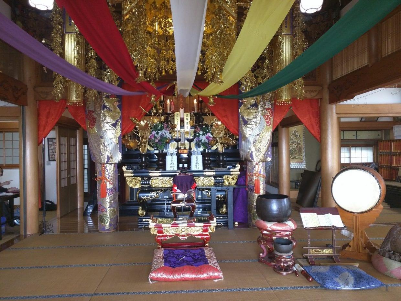 御開帳直後の大泉寺のご本尊前。ありがたし