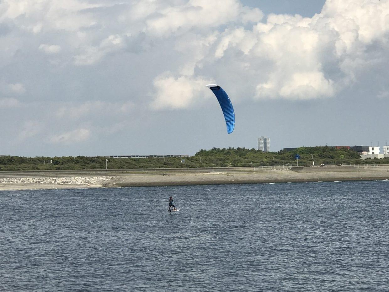カイト・サーフィン。よく見ると、ボードが海面から浮いている。すごい!