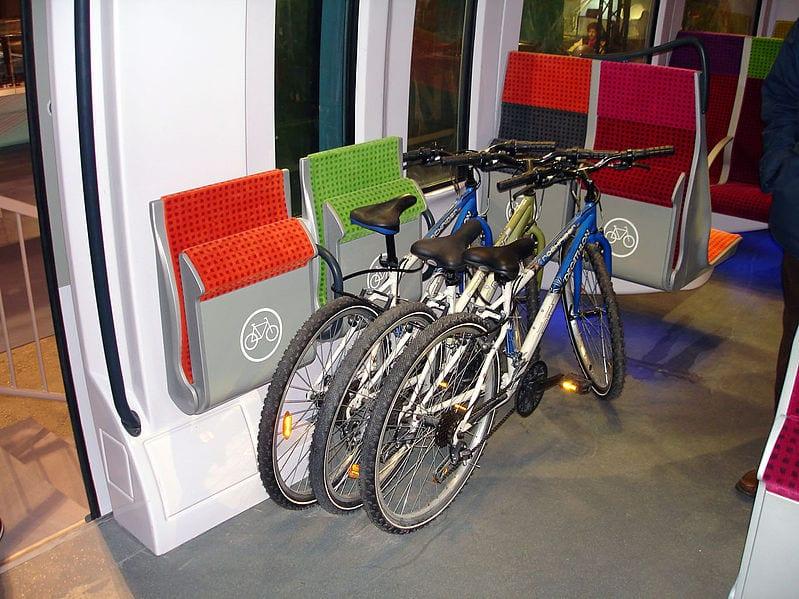 パリ都市近郊電車トランシリアンのカラフルな最新車両