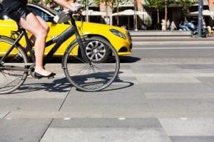 タクシーやバスなど、プロドライバーはマナーを守らない自転車にストレスを抱える