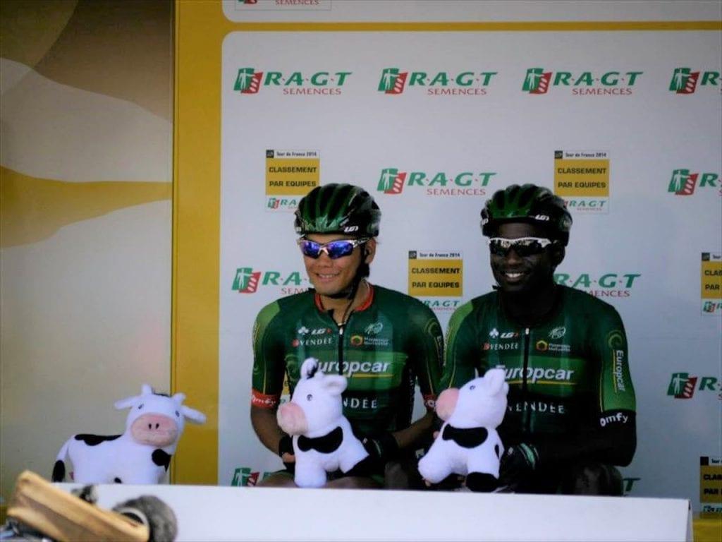 2014年第17ステージのスタート地点サン・ゴーダンで。前日チーム総合を取ったヨーロッパカーの表彰前。チームメートのレザとリラックスした様子。