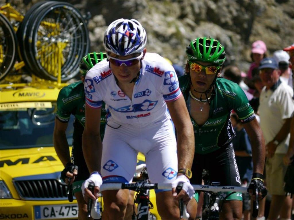 2012年第16ステージのトゥルマレ峠。トップでヴォクレール選手が来たのも驚きでしたが、次の集団で新城選手が走って来た時には泣きそうになりました。新城選手の鬼引きアシストでヴォクレールはこの日ステージ優勝、敢闘賞、山岳賞を手中に!2016年2回目の休息日。フランスの取材を受ける新城選手。フランスのテレビ取材ではヴォクレールへのコメントを求められていました。