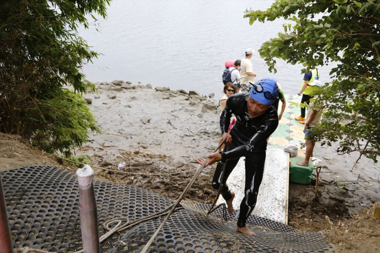 ©Matsumura Seiya 泳ぎ切ったあとに、この崖登り。滑るし疲れるしで参加者の体力を奪います。