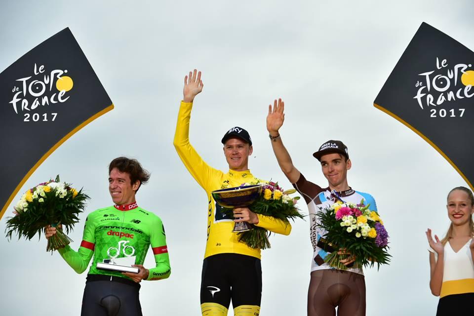 総合トップ3の表彰式。左より、総合2位のリゴベルト・ウラン(コロンビア、キャノンデール・ドラパック)、総合1位のクリス・フルーム(イギリス、チームスカイ)、総合3位のロマン・バルデ(フランス、AG2Rラモンディアル) ©A.S.O.