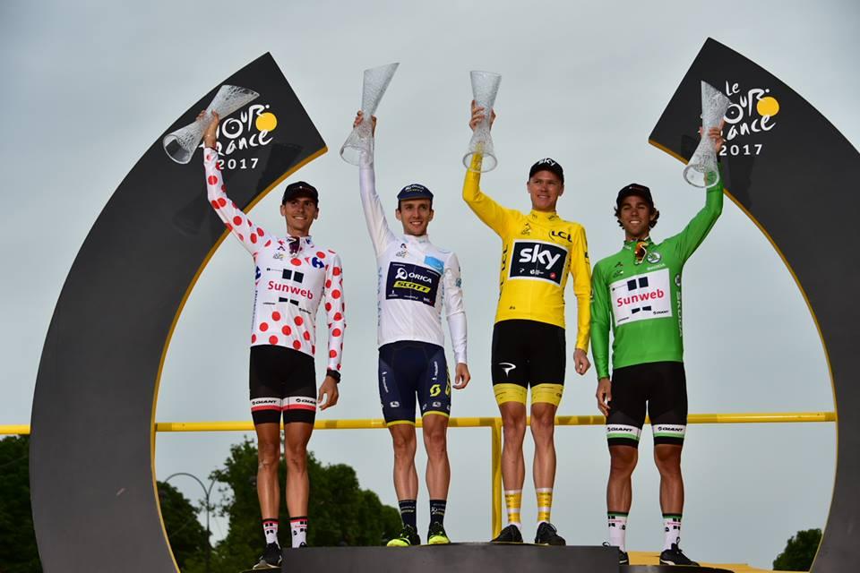 左より、マイヨブランアポワルージュ(山岳賞ジャージ)のワレン・バルギル(フランス、サンウェブ)、マイヨブラン(新人賞ジャージ)のサイモン・イェーツ(イギリス、オリカ・スコット)、マイヨジョーヌのクリス・フルーム(イギリス、チームスカイ)、マイヨヴェール(ポイント賞ジャージ)のマイケル・マシューズ(オーストラリア、サンウェブ) ©A.S.O.