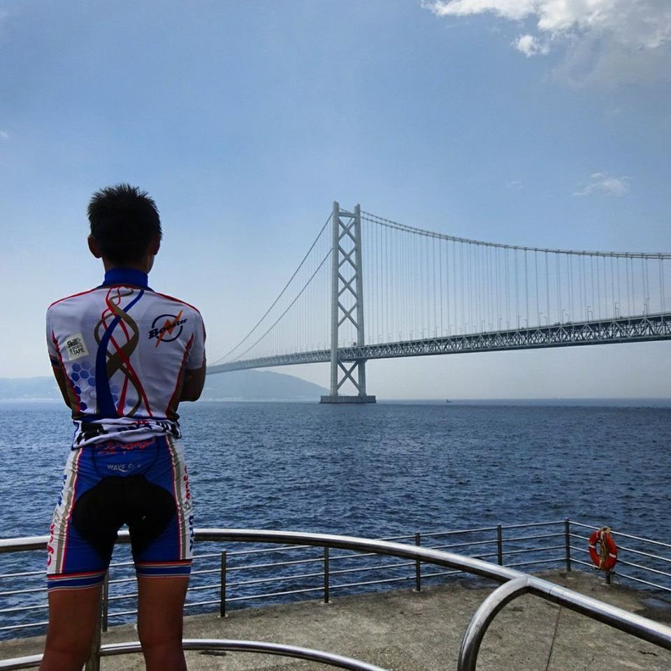 時間がないのに雨で足止め。向こうに見えるのは明石海峡大橋