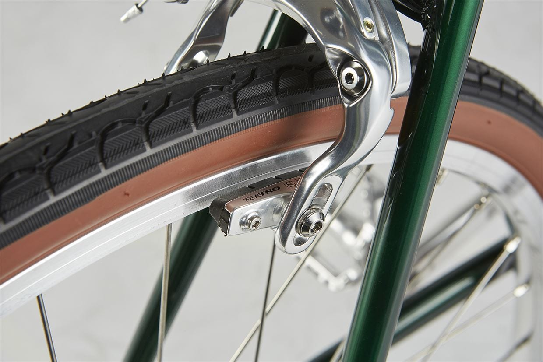 タイヤ 乗り心地が良く、走りの軽さもある32mm幅タイヤを採用。サイドをブラウンとすることでクラシックな外観にした。