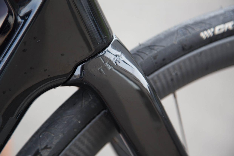 フレーム一体型のフォーク、空力性能はもちろん、デザインとしてもスッキリと見せてくれる