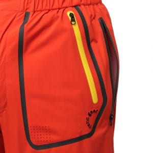 内側に履いているパンツのポケットへもアクセスができるジッパー