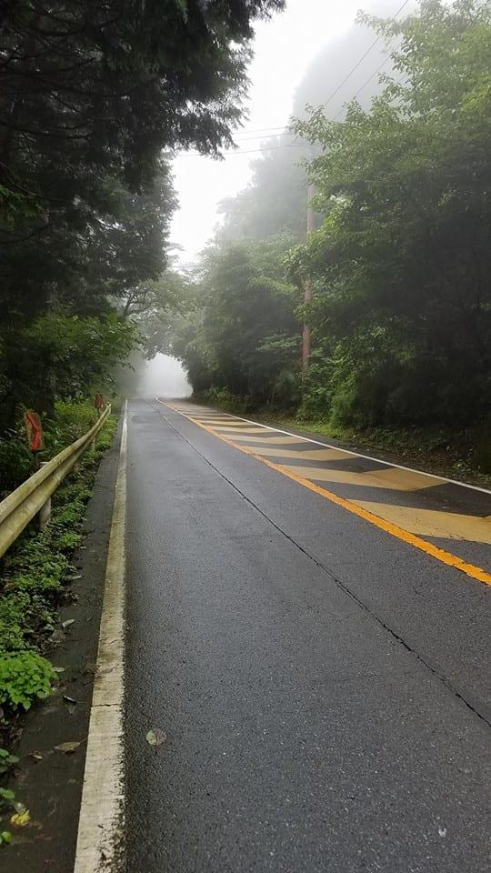 写真って斜度が伝わりづらいことが多いんですが、それでもわかる坂のエグさ。(C)高林陽一