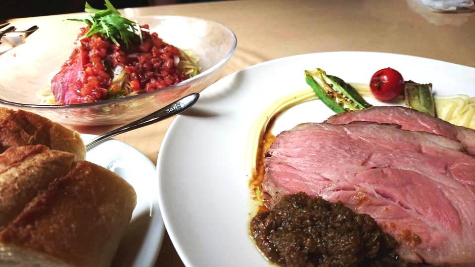 ランチのスパゲティとお肉の定食。パスタランチ1500円 肉ランチ1800円