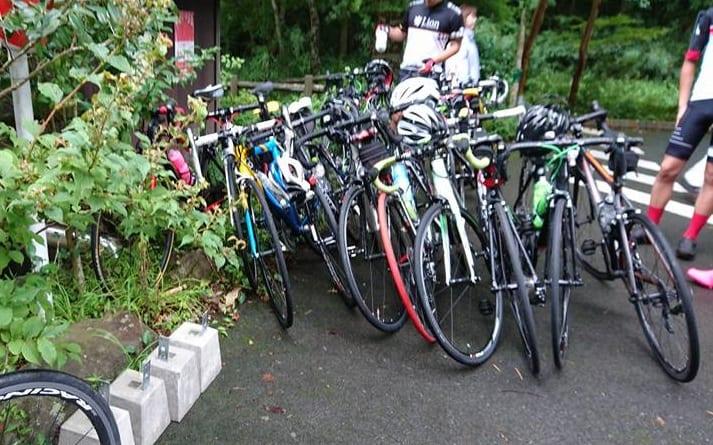 高校生かな?部活の合宿らしく、自転車がたくさんありました(箱根学園ではなかった!)。