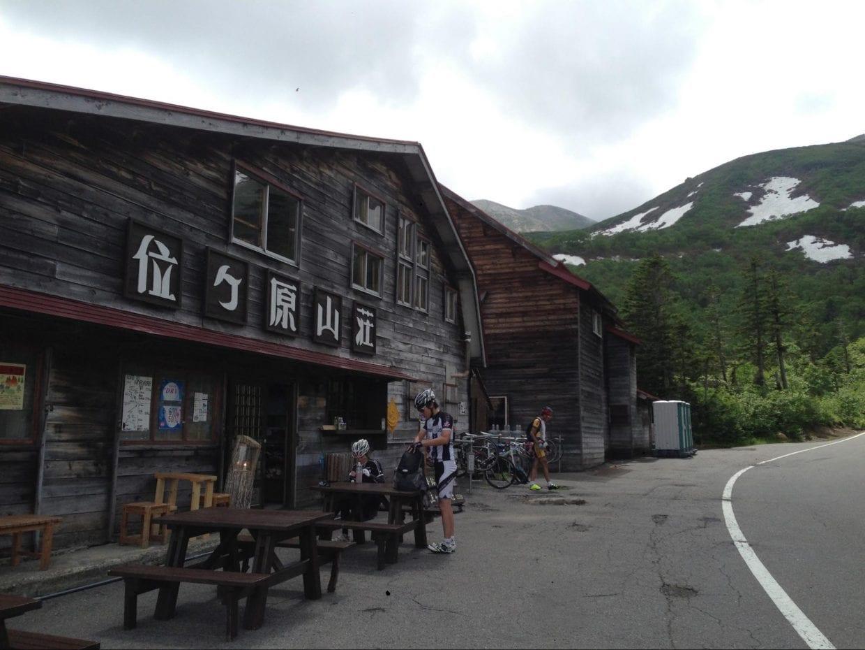 約16km地点の位ヶ原山荘で、いったん休憩もよいですね。道路の反対側で水も補給できます