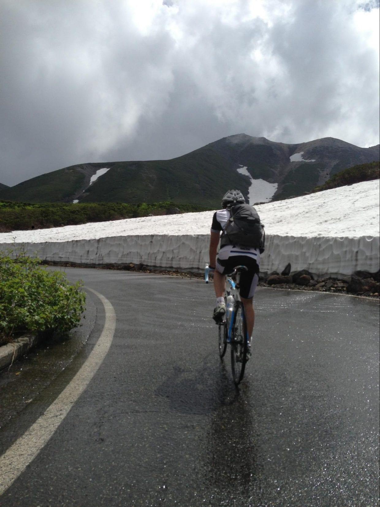 7月中旬だと、まだ路肩に雪が残っています。雪解け水がすごくて、水量豊富な原因がわかる気がします