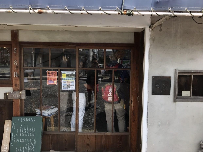 ホッとする佇まいの雀家suzumeya様 店内では学生が交渉中。