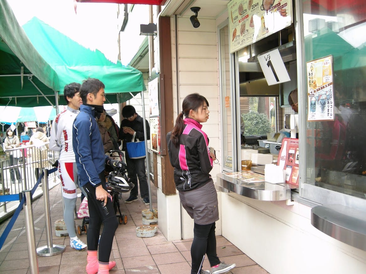 食べたい物を決めたらその番号の窓口に並ぼう(C)Jun Ninomiya