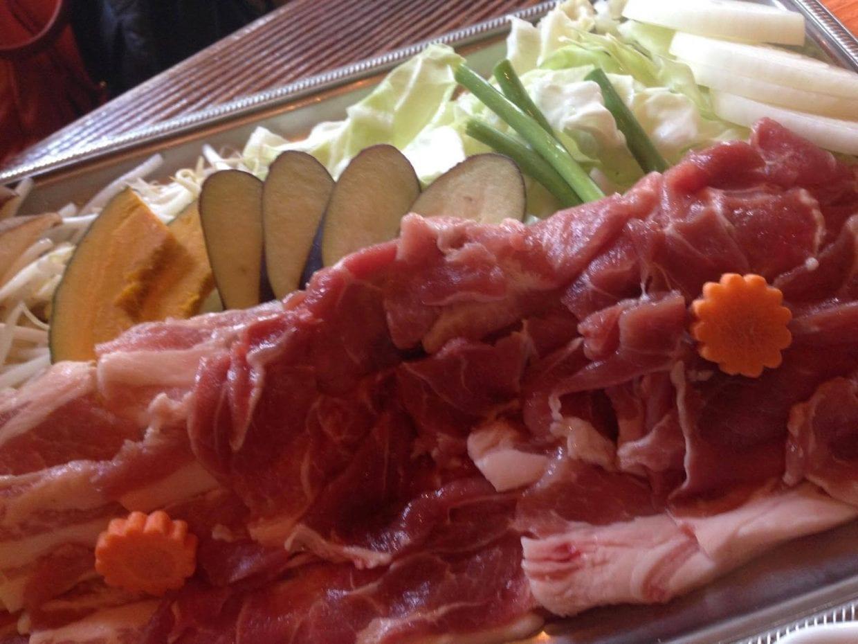 新鮮な豚肉をお腹いっぱい召し上がれ!(C)Ayako Shichinohe