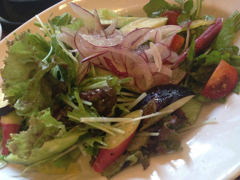 美容と健康にこだわる方へ、新鮮な野菜サラダもあります。(C)Ayako Shichinohe