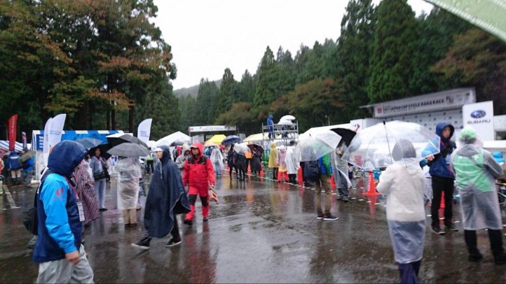 あいにくの天気ですが、8時ころにはたくさんの観客が集まってきました
