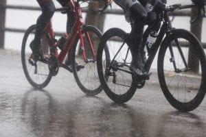豪雨の中、路面コンディションは悪い