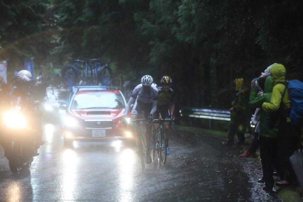 雨の中駆け上がる姿が後続車に照らされドラマティックにさえ見える