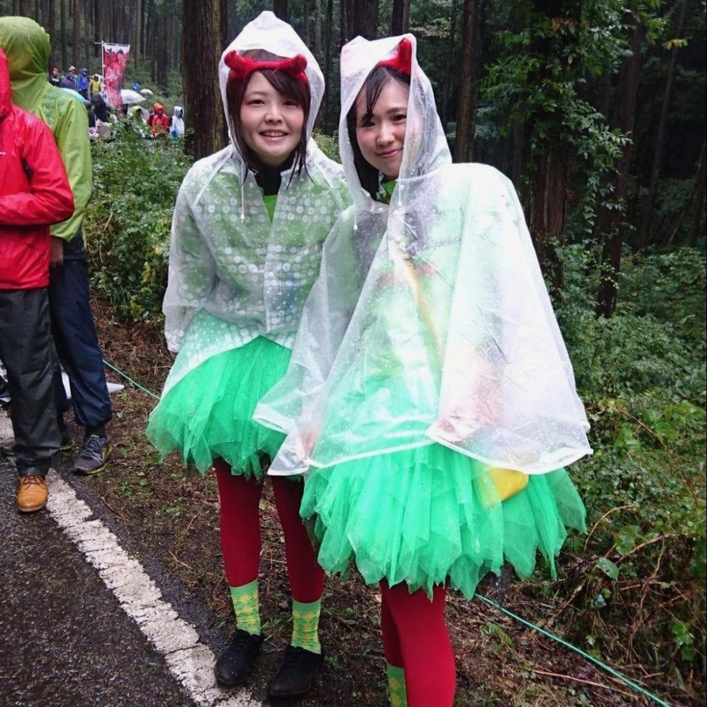 可愛らしい「悪魔ちゃん」たち。雨にもめげず、キュートに応援されてました