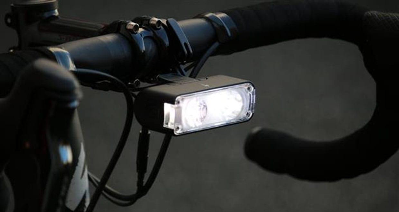 スペシャライズド・This isちょうどいいライト【Flux900 HEADLIGHT】入荷! 洗練されたデザインと高性能で人気のFluxシリーズにニューラインアップが登場! ライトはバイクに乗るなら必須。ロード、クロス、MTBと、誰にでもおすすめの、スペシャライズド Flux900 HEADLIGHT(フラックス900ヘッドライト)はシリーズのミドルグレードに該当し、シンプルデザインと機能性はそのままに、痒いところに手が届く、「ちょうどいいライト」として登場しました。 実際使い心地はどうなの? 自転車用ライトといっても種類は星の数ほどあります。。。スペックを見れば明るさの想像はつくけど、実際の使い心地はどうなのか? 朝も昼も夜も、通勤もレースも愛車のTARMAC1台でこなすSBCU先生の佐藤さんが発売に先んじて使い倒していますので聞いてみました。 画像アドレス:http://www.specialized-onlinestore.jp/contents/cms/flux6.jpg (画像出典:SPECIALIZED オフィシャルブログ) SBCU先生佐藤さん、Flux900を愛用しています。 その感想はこちらから 気になるFlux900の概要 新しいFlux900を見れば、「こんなものが欲しかった!」と思うでしょう。このヘッドライトは特別な光学装置で2種類のLEDを利用し、その組み合わせによって非の打ちどころのない光線を出します。わかりやすく言えば、近くも遠くも見渡せるということで、すべての光を最大限利用できます。 また着脱が楽チンなクイックリリース方式を採用、暗くなってから停めておいた愛車の元に戻ったらライトがない!という悲劇も防げます。   狭域を照らす光と広域を照らすライトのコンビになっている 反射部のビームパターンが光を必要な場所へ向け、光の強度を最大限利用。 狭域を照らす光と広域を照らす光を組み合わせ、どんな速度で走っていても必要な場所を明るく照射。 クイックリリースで着脱が楽チン クイックリリース・バーマウントは直径22.2、25.4㎜と31.8㎜のバーに適合。 長いリーチをまっすぐに突き出したパターン リーチを曲げてハンドル下部に格納することもできる 長いリーチでステムの正面、上面、下面にライトを設置できるマウンティングシステム。ほとんどのコンピューターマウントやシフター/ブレーキケーブルと共存可能。 HANDLE BAR MOUNTも別売りで販売。 サイドへの照射も万全 ワイドなサイドライトで180度を照らし、他のサイクリストや自動車からの視認性がアップ。 USBで充電可能な2600 mAhのリチウムイオン電池を内蔵。 LEDライトの出力は300~900ルーメン。 持続時間:1.75時間~30時間 1.5時間で90%の急速充電。3時間でフル充電。 4種類の動作モード。 ステディ・ハイ:900ルーメン ステディ・ロー・スポット:300ルーメン ステディ・ロー・ワイド:300ルーメン デイタイム・フラッシュ:400ルーメン 【税込価格】:15,120円 【カラー】:ブラック 製品情報はこちら スペシャライズド・ジャパン合同会社