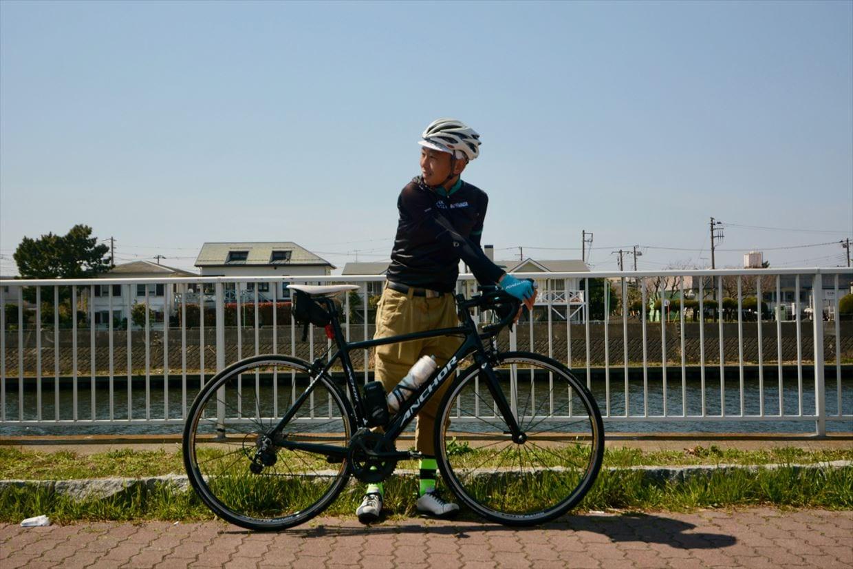 ▲1.道路の左側、自転車の左側に立ち後方確認。この時手はブラケット上で軽くブレーキを握った状態