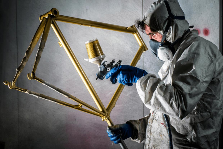 塗装も自社工場で行われる。