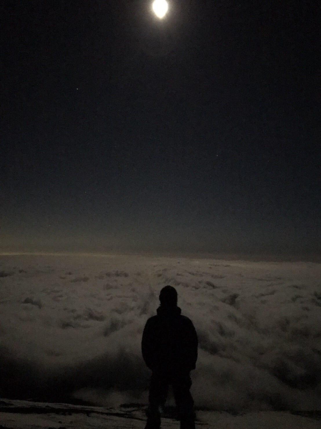 たとえ曇っていたとしても、雲の上では月が輝く