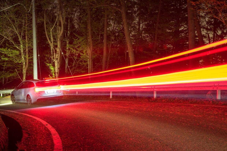 車の音が高速で近づいて来たら無理をせず路肩で過ぎ去るのを待ちましょう