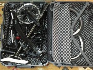 スーツケースに収納されたDAHON Curve D7(16インチモデル)
