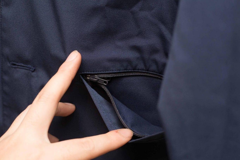 ▲物が出ないように、ポケットにはジッパー付き
