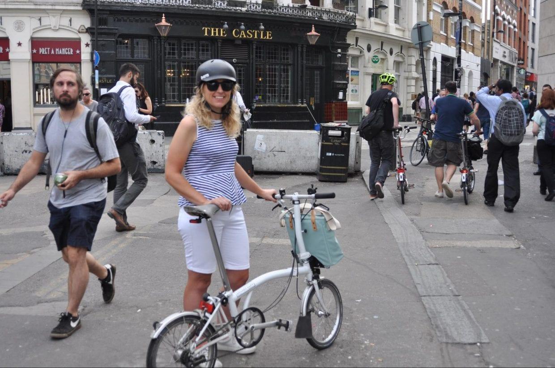 ロンドンの隣の県から電車+自走でオフィスに向かうという女性。右奥にもブロンプトンの男性がふたり。ロンドンの通勤時間はブロンプトンだらけだ。