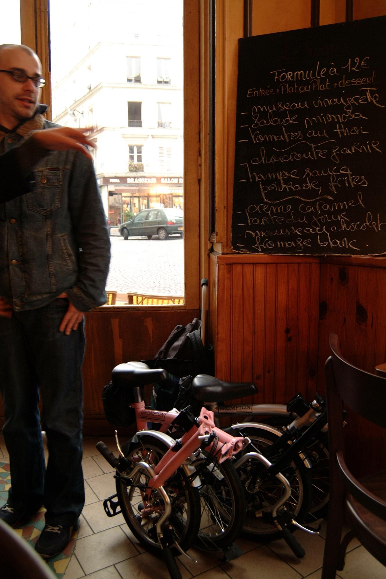パリのビストロ店内に荷物と一緒に持ち込ませてもらったときの様子。以前はイギリス以外では「わー何これ自転車?」と感心されることが多かったが、最近はヨーロッパ各国でもブロンプトンは人気であまり聞かれなくなった。
