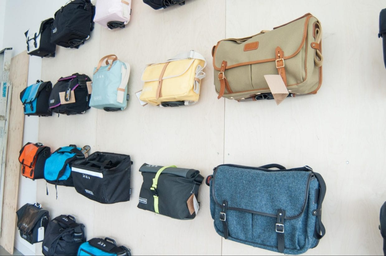 ブロンプトン純正のフロントバッグ。トートバッグタイプから旅行に便利な大容量のもの、イギリスらしいガンバッグなどだいぶ種類が増えてきている。