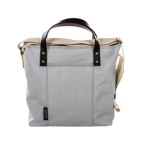 ブロンプトン純正のバッグのトートバッグ。この裏側に、自転車側のマウントに固定するためのキャッチが仕込まれている。£75(日本未発売)
