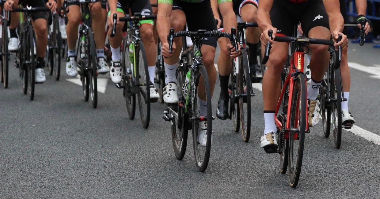 狭いサイクリングロードを高速の自転車が並んで向かってきたら……