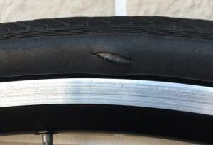 やはりタイヤの穴からチューブが見えていますが、放置しても穴が広がることはありませんでした。