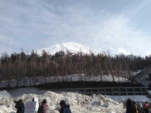ゴールデンウィーク頃の5合目は、まだ周囲に雪が残っていることも