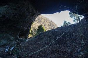 神殿後方には穿戸岩(うげといわ)という大風穴が。